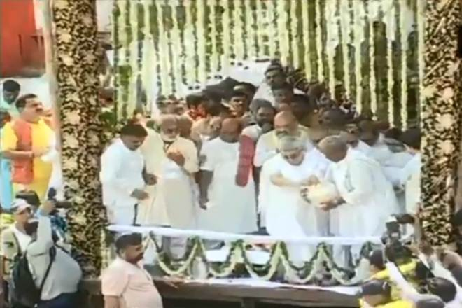 Former Prime Minister Vajpayee, daughter felicitated in Ganga's lap