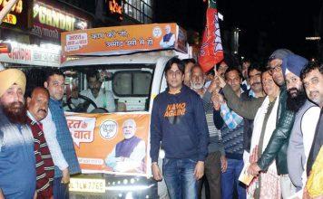 हरी झंडी दिखाकर भाजपा नेताओं ने रथ यात्रा को किया रवाना