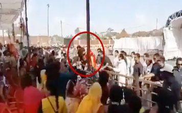 ...जब लोगो से मिलने के लिए बैरिकेड से कूद गईं प्रियंका गांधी