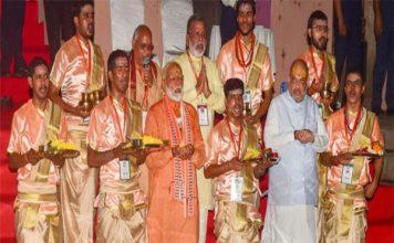 बाबा विश्वनाथ के दर्शन के बाद कार्यकर्ताओं के बीच पहुंचे PM मोदी