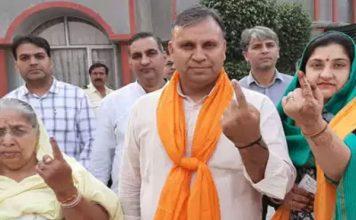 महाराष्ट्र-हरियाणा में बेहद धीमी वोटिंग, कई जगह EVM में खराबी की शिकायतें