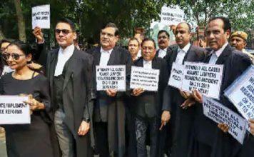 पुलिस के बाद वकीलों का प्रदर्शन, कोर्ट के बाहर आत्मदाह की कोशिश